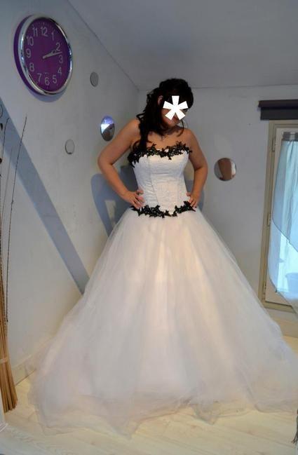 Robe de mariée bi color blanche et noire d'occasion à Paris