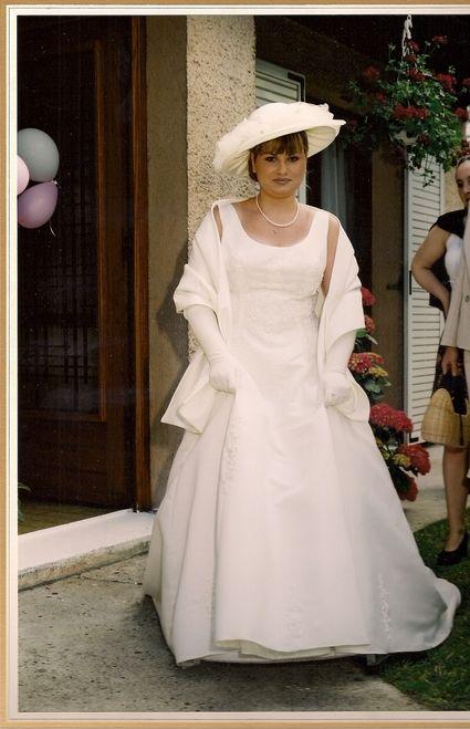 Robe de mariée d'occasion avec gants, étole et jupon