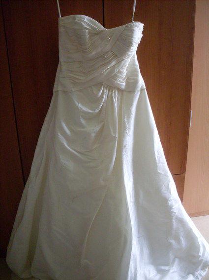 Robe de mariée couleur blanc naturel perlé sur le bustier