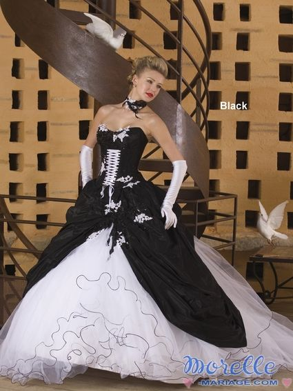 Robe de mariée originale noire et blanche en satin d'occasion
