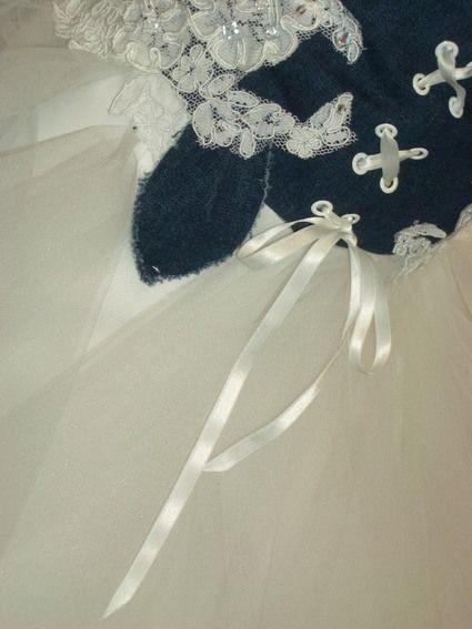 Robe de mariée d'occasion branchée tulle blanc et jean bleu - Occasion du mariage
