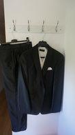 Costume noir satiné + gilet beige, ascot, pochette - Occasion du Mariage