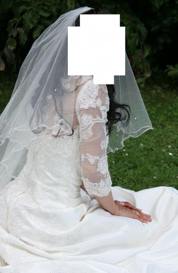 Robe de mariée modèle Beryl de chez Empire du Mariage, bustier et traîne perlée