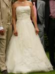 Robe de mariée avec traine, motif brodé et perlé, sur le bustier