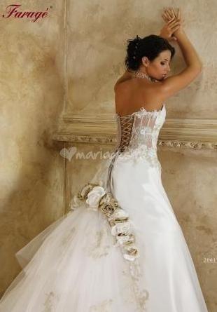 Magnifique robe FARAGE neuve non retouchée avec bijoux et traîne