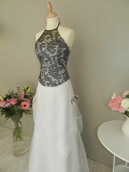 Robe de mariée semi-mesure d'occasion, bustier dentelle et étole