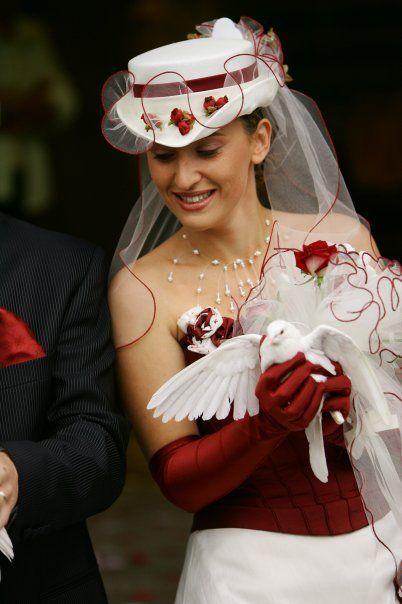Robe de mariée bordeaux et ivoire + chapeau + gants + bouquet pas cher