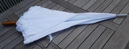 Ombrelle blanche de mariage - Puy de Dôme