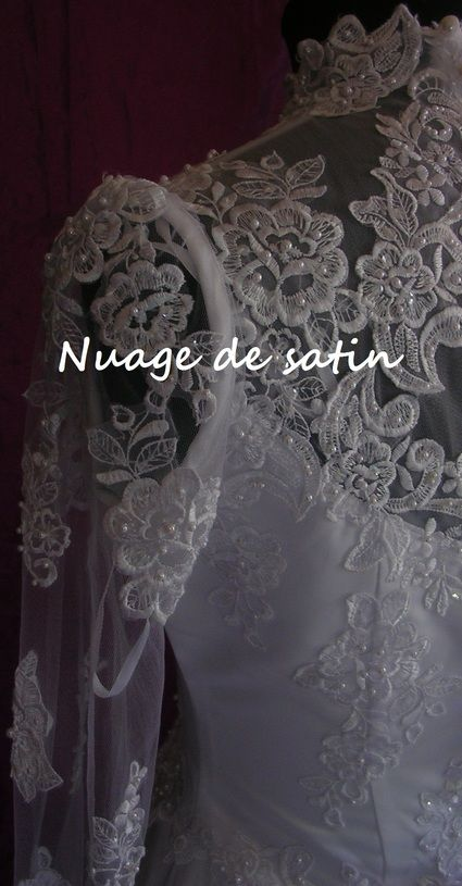 Robe de mariée d'occasion en dentelle style unique longue traîne catédrale