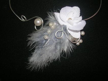Collier en alu fait main pour mariée avec plume grise