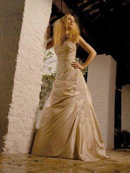 Robe de mariée trapèze en satin couleur cappucchino d'occasion