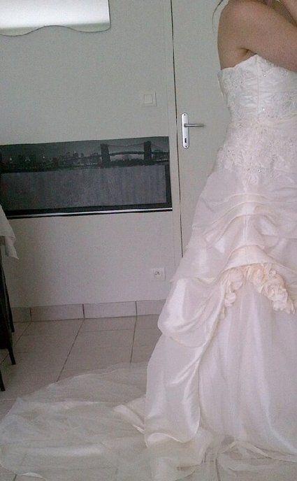 Robe de mariée ivoire ornée d'une petite traine pas cher - Occasion du Mariage