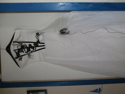 Robe de mariée blanche et noir avec étole et bijoux