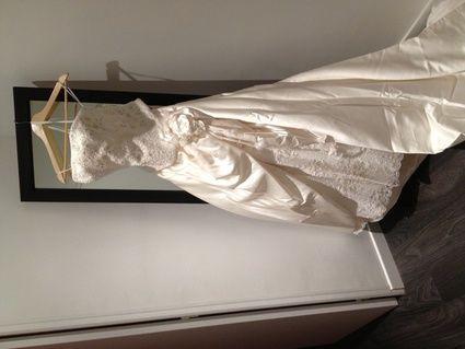 Robe de mariée Demetrios ivoire en bustier avec gants et voile