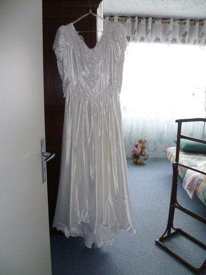 Robe de mariée d'occasion en satin blanc T38 manches gigot