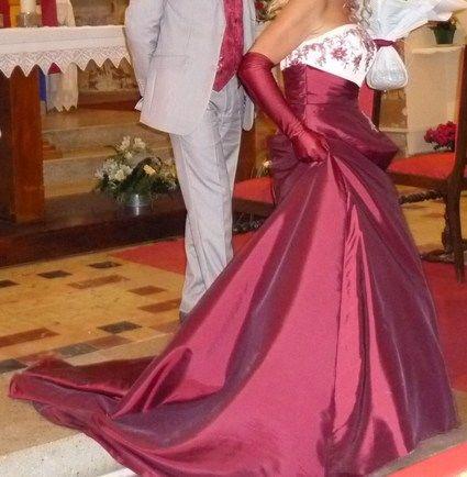 Robe de mariée Point Mariage ivoire et bordeaux avec bijoux et boléro
