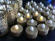 Bougeoires avec bougies led doré en décoration de table de mariage