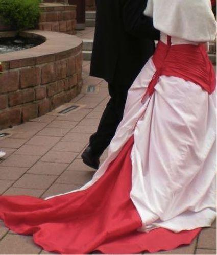 Robe rouge et blanche de mariage de type corset