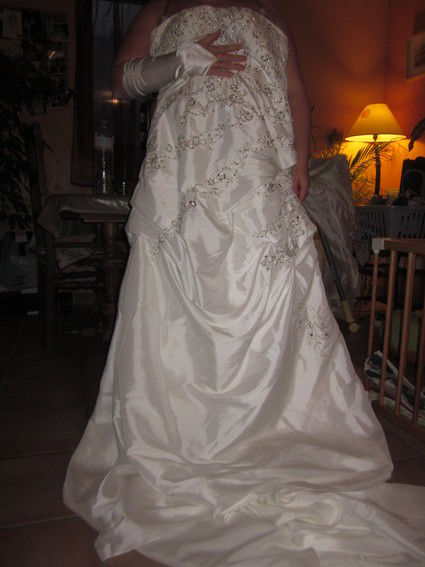 Robe de mariée d'occasion brodée argent avec mitaines pas cher