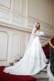 Sublime robe de mariée Leila en forme bustier en tulle de chez Point Mariage