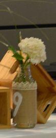 Bouteilles numéro de table jute/dentelle - Occasion du Mariage
