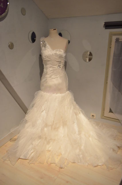 Robe de mariée sirene neuve  en taffeta et traine en tulle d'occasion à Paris